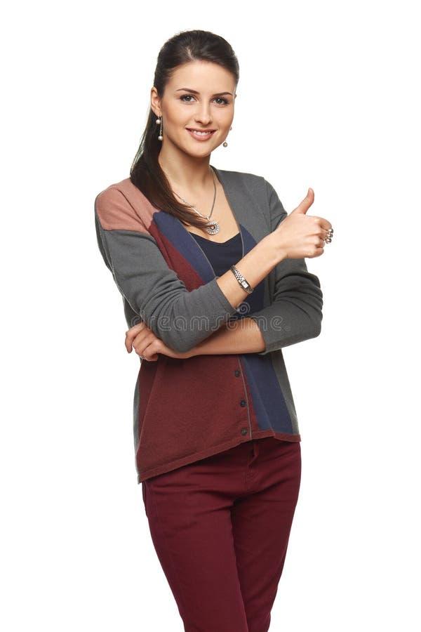 Frau in der Wolljacke Daumen oben gestikulierend lizenzfreie stockfotos