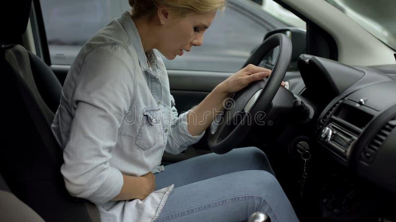 Frau in der zufälligen Kleidung, die unter Magenschmerzen, Bedarf von Schmerzmitteln, Gesundheit leidet lizenzfreies stockfoto