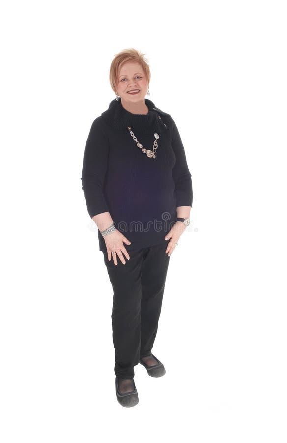 Frau des älteren Bürgers, die lächelnd steht stockfoto