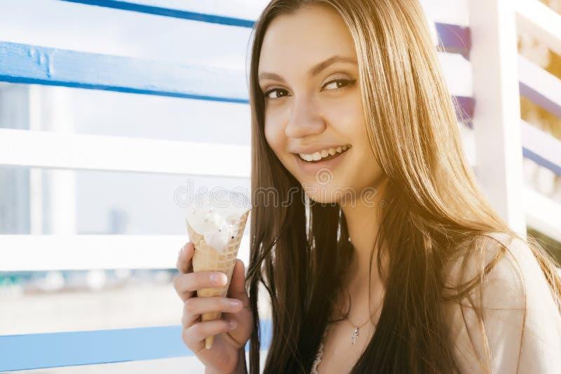Frau des jungen jugendlich, die Eiscreme, Jachthafenart isst stockfotografie