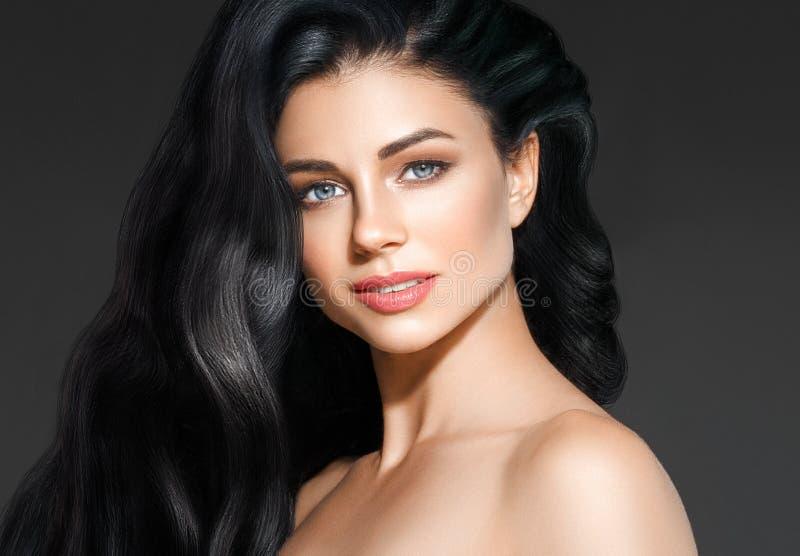 Frau des schwarzen Haares Schönes Brunettefrisur-Modeporträt stockfotografie
