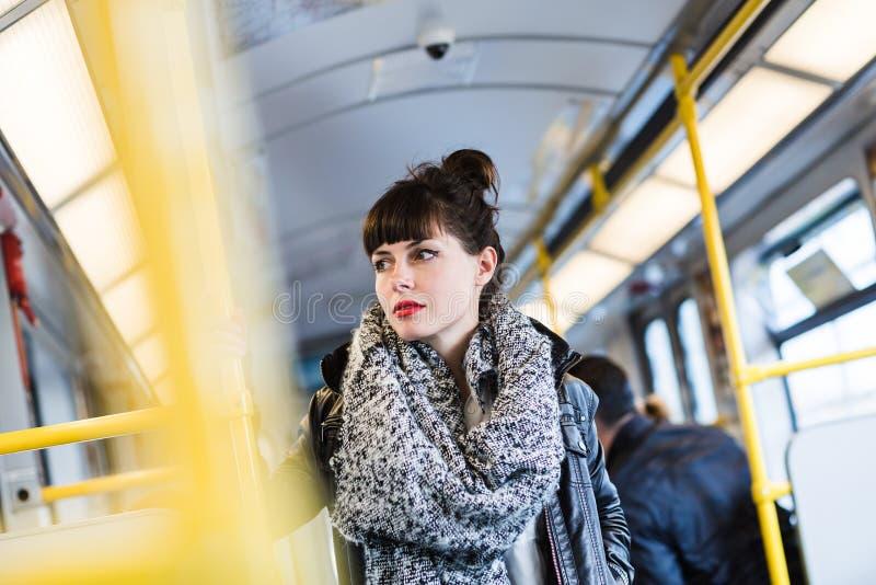 Frau, die öffentlich Transport steht lizenzfreies stockfoto