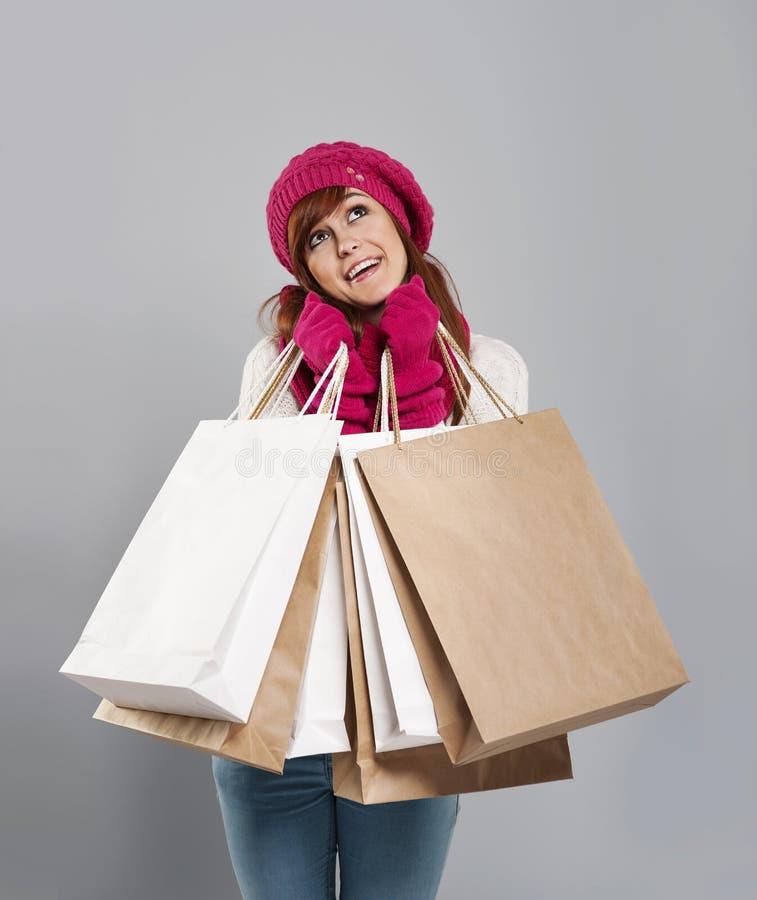Frau, die über das Einkaufen träumt stockfoto