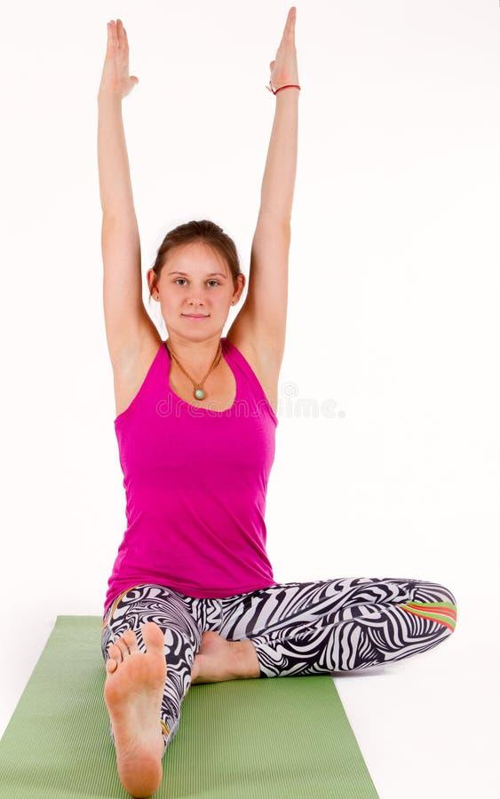 Frau, die Übungen ausdehnend tut lizenzfreie stockfotos