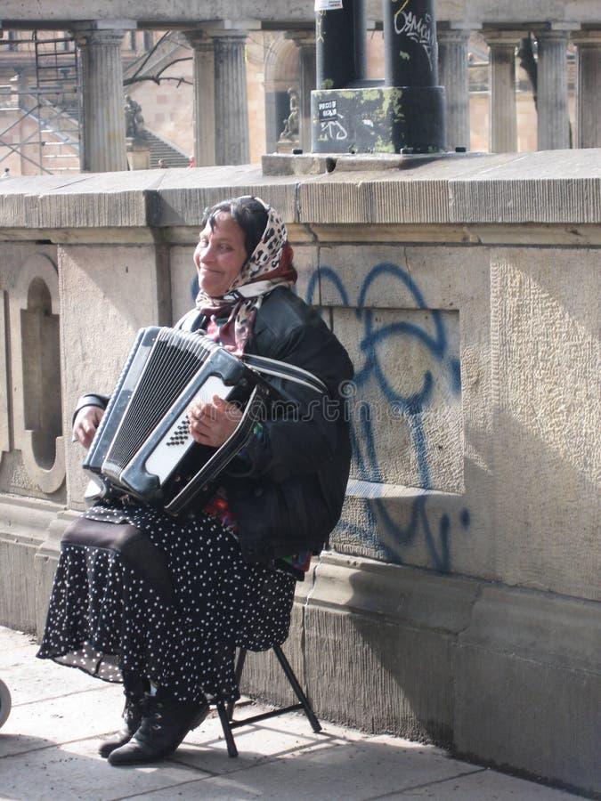 Frau, die Akkordeon auf Berlin-Bürgersteig spielt lizenzfreies stockbild