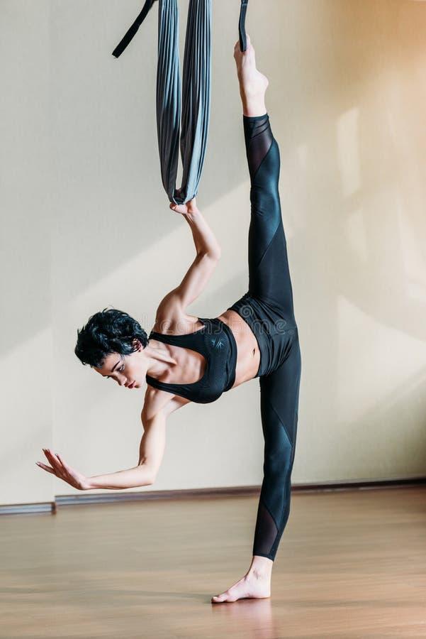 Frau, die akrobatischen Lufttanz übt stockbild