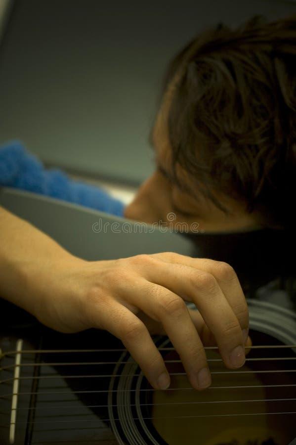 Frau, die Akustikgitarre spielt stockfotografie