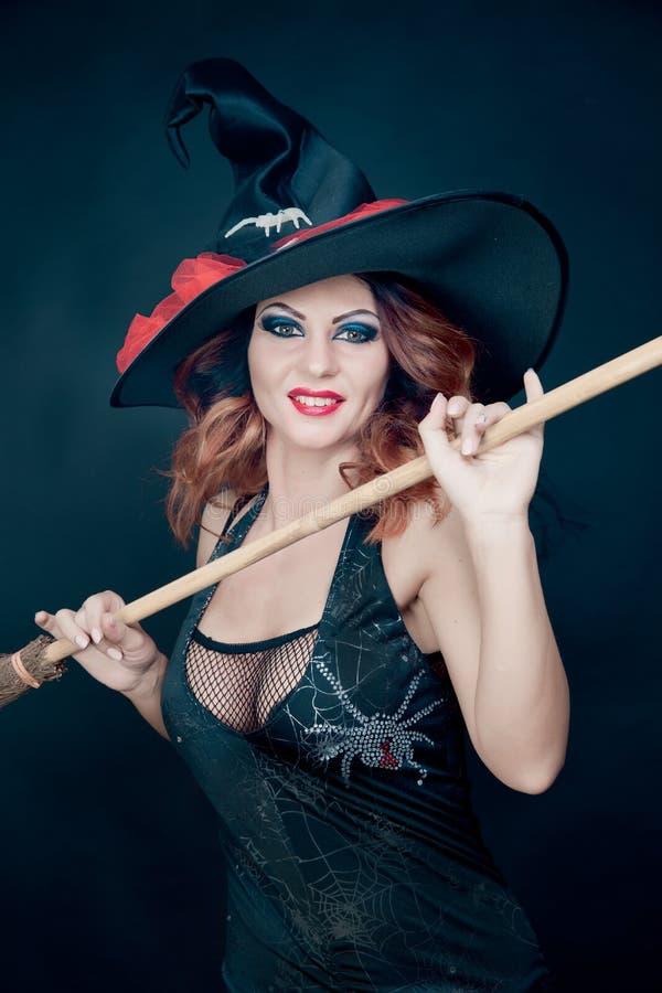 Frau, die als Hexentanzen trägt Halloween stockfotografie