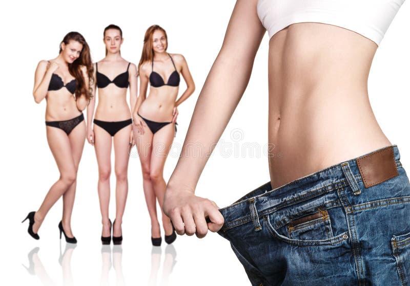 Frau, die alte große Jeans trägt stockbilder