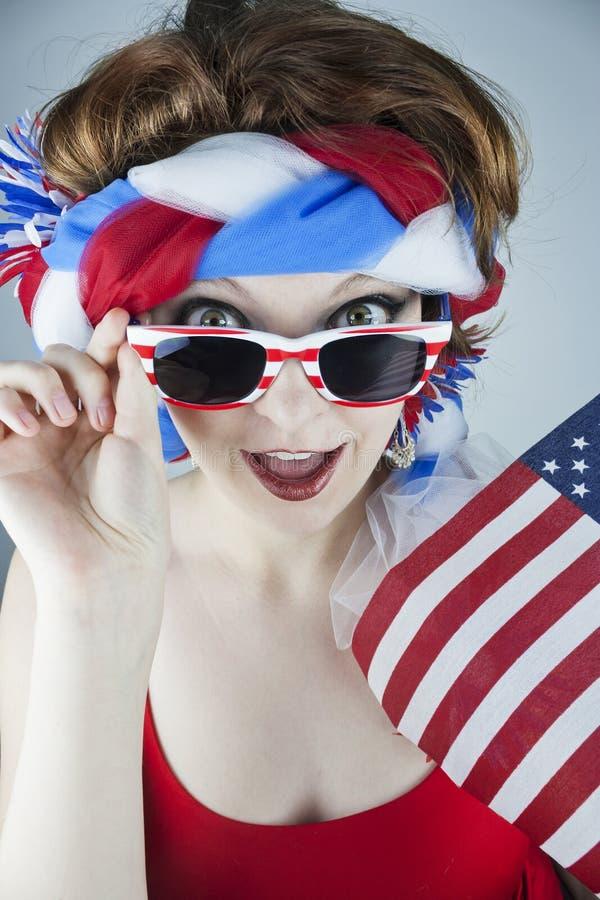 Frau, die amerikanische Flagge hält stockfotos