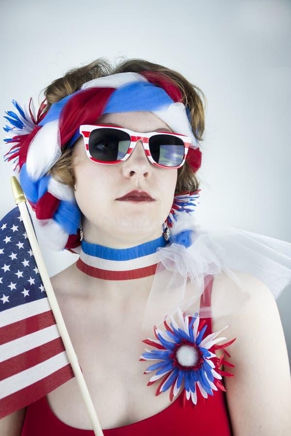Frau, die amerikanische Flagge hält stockbilder