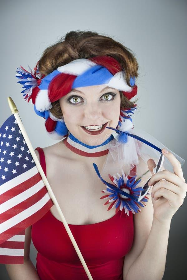 Frau, die amerikanische Flagge hält lizenzfreies stockfoto