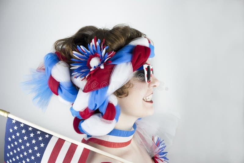 Frau, die amerikanische Flagge hält lizenzfreie stockbilder