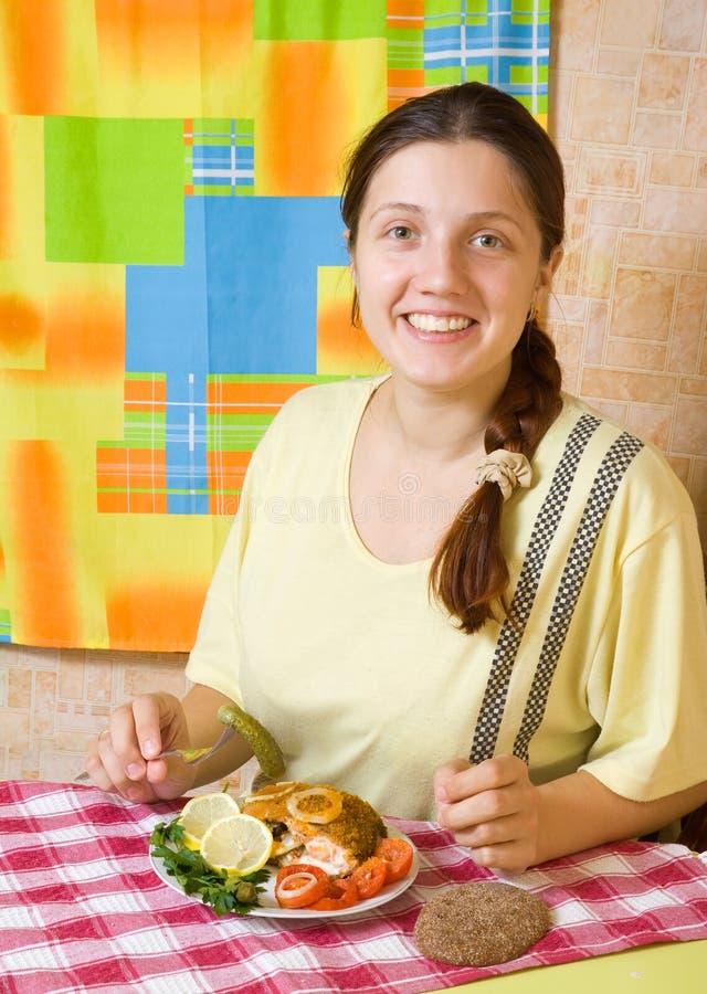 Frau, Die Angefüllte Fische Isst Stockfoto - Bild von