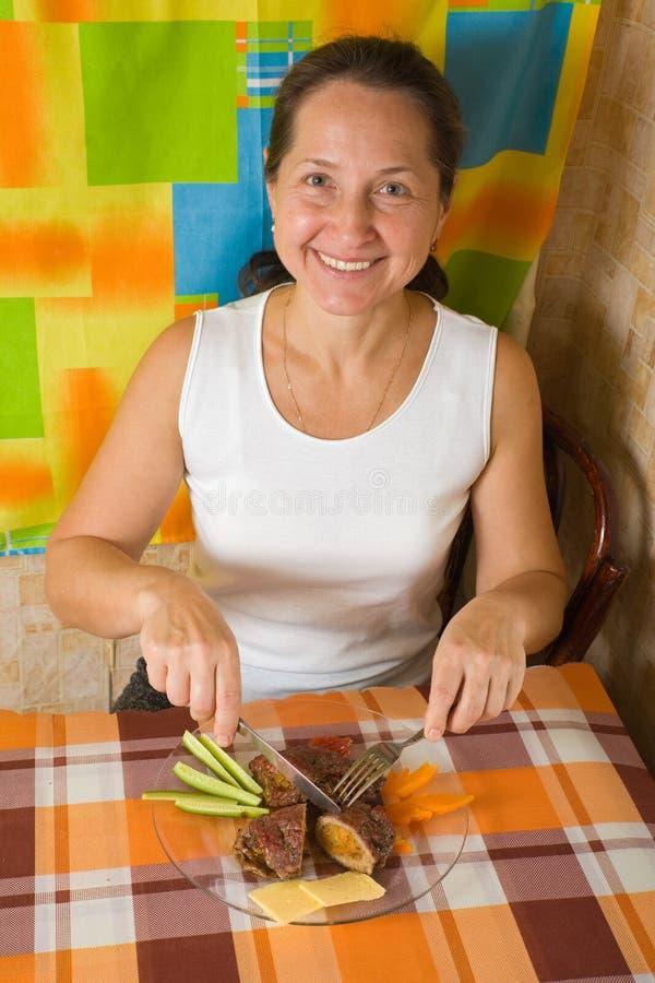 Frau, die angefülltes Rindfleisch isst lizenzfreies stockfoto