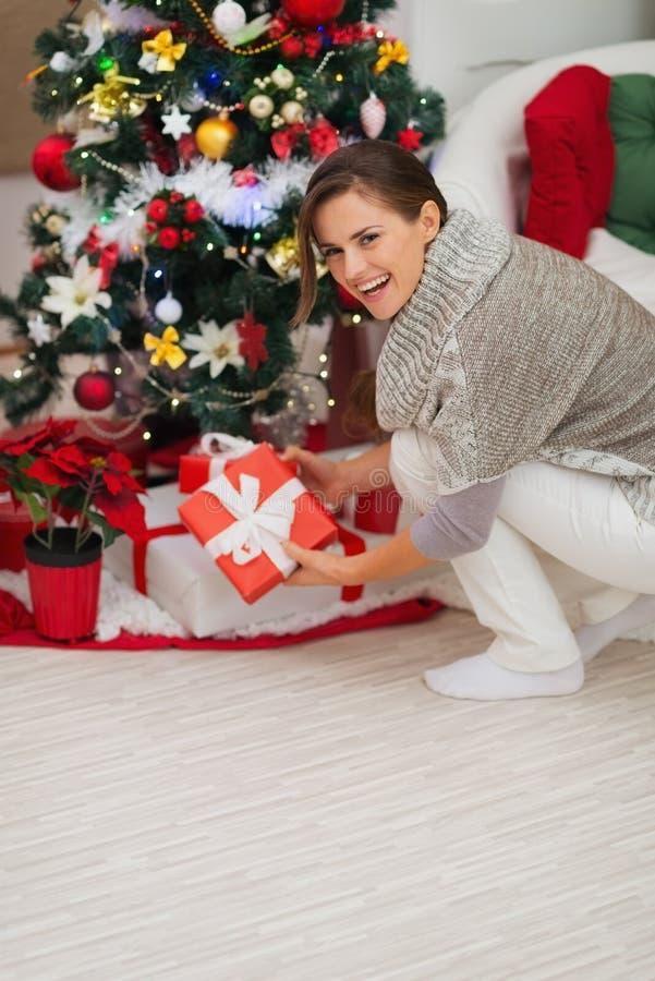 Download Frau, Die Anwesenden Kasten Unter Weihnachtsbaum Setzt Stockfoto - Bild von brunette, gesetzt: 27728122