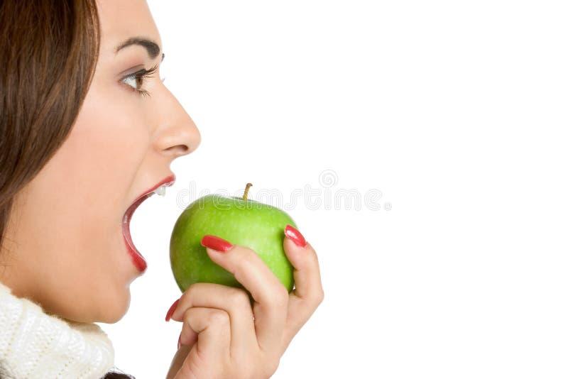 Frau, die Apple isst lizenzfreie stockbilder