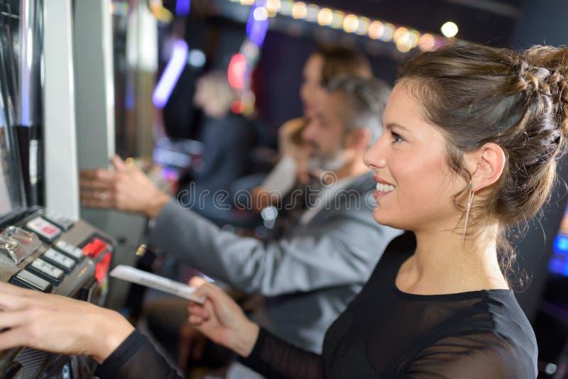 Frau, die Arcade-Spiel spielt stockfotos