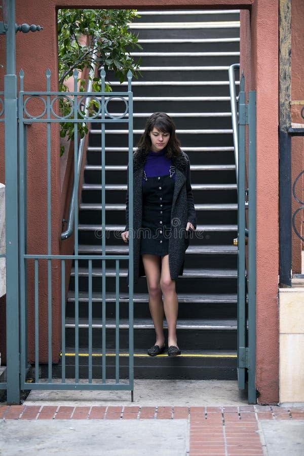 Frau, die außerhalb der Wohnung oder der Eigentumswohnung wartet lizenzfreies stockfoto