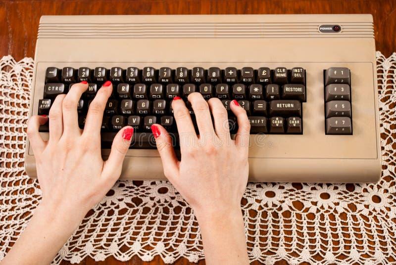Frau, die auf alter Computertastatur schreibt lizenzfreie stockfotos