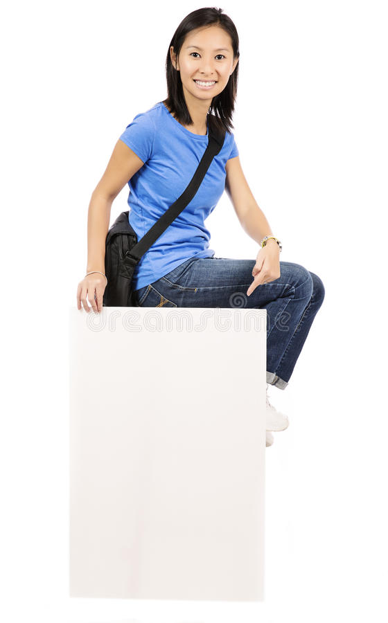 Frau, die auf Anschlagtafel sitzt stockfotografie