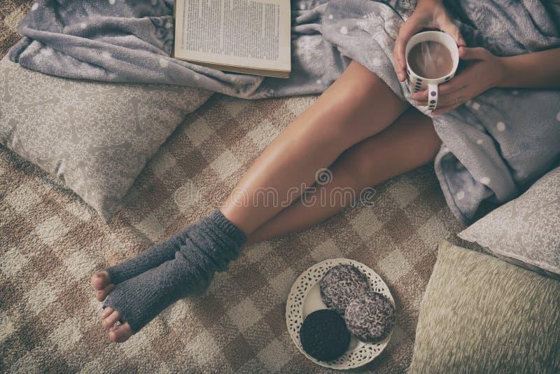Frau, die auf Bett liegt stockfotos