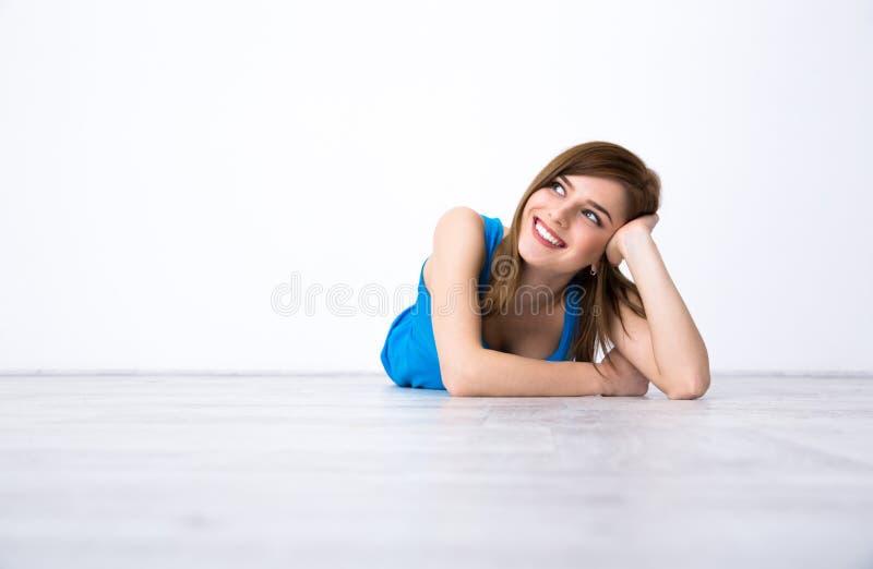 Frau, Die Auf Dem Boden Liegt Und Oben Schaut Stockfoto