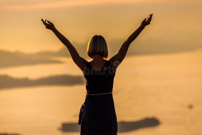 Frau, die auf dem Hintergrund der Bucht in Dubrovnik steht kroatien lizenzfreie stockfotografie