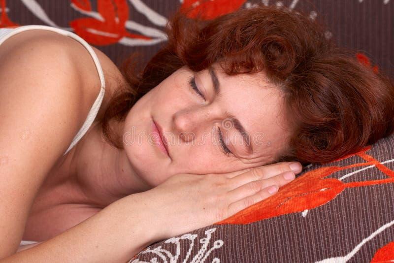 Frau, die auf dem Sofa schläft lizenzfreies stockbild