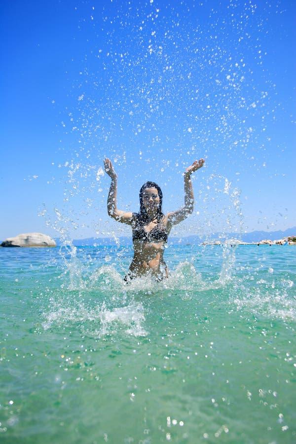 Frau, die auf dem Strand sich entspannt lizenzfreie stockfotografie