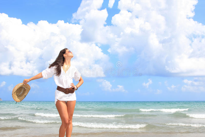 Frau, die auf dem Strand sich entspannt stockfotografie