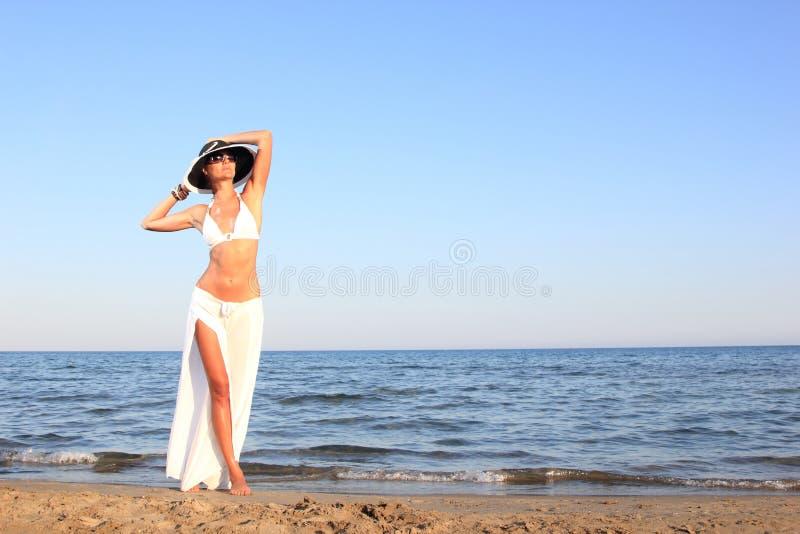 Frau, die auf dem Strand sich entspannt lizenzfreie stockfotos