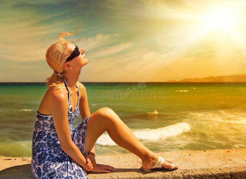 Frau, die auf dem Strand sich entspannt stockbilder