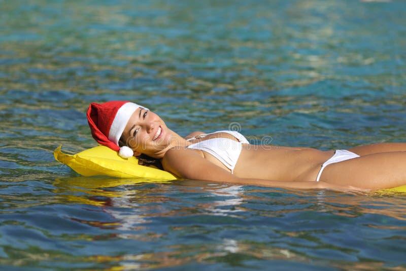 Frau, die auf dem Strand auf Weihnachten genießt lizenzfreie stockbilder