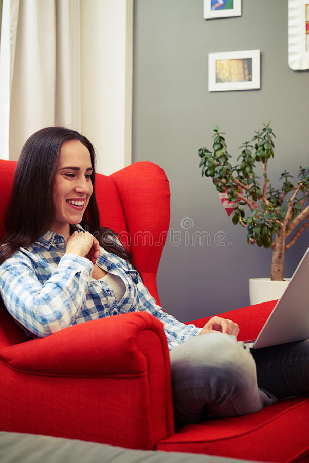 Frau Auf Dem Roten Stuhl Auf Moorage Stockbild - Bild von ...
