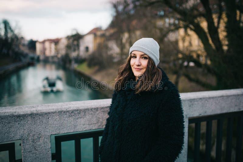 Frau, die auf der Brücke steht lizenzfreie stockfotos