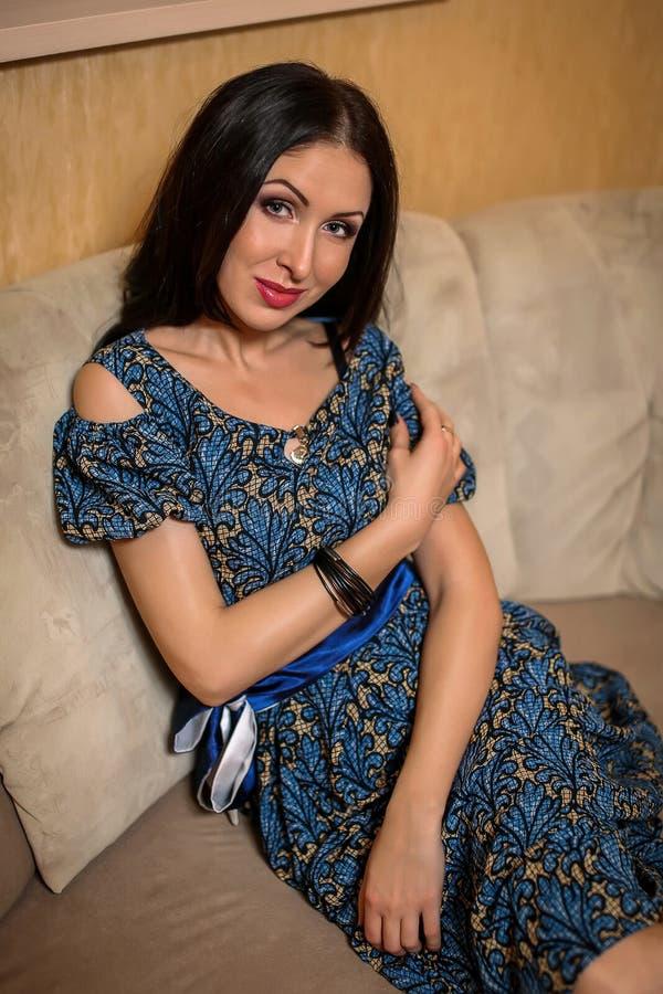 Download Frau, Die Auf Der Couch Im Raum Sitzt Stockfoto - Bild von nett, blau: 90236438