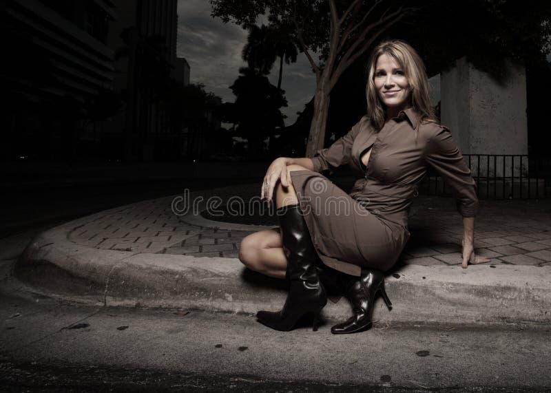 Frau, die auf der Kandare sitzt lizenzfreie stockbilder