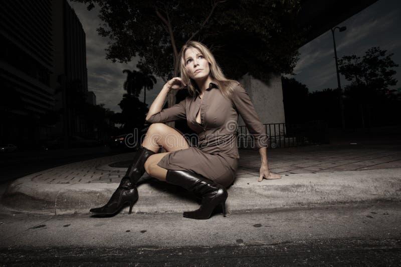 Frau, die auf der Kandare sitzt lizenzfreies stockbild