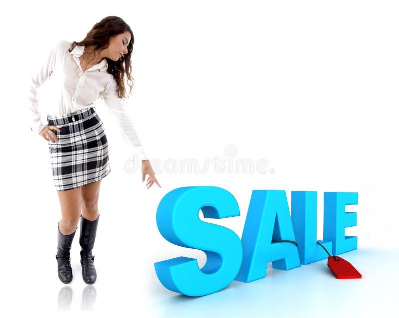 Frau, die auf dreidimensionalen Verkaufstext zeigt lizenzfreies stockbild