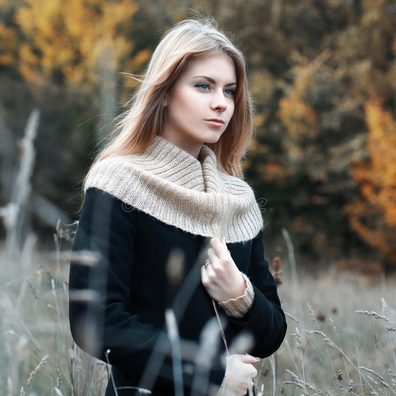 Frau, die auf einem Gebiet steht Herbst lizenzfreie stockfotografie