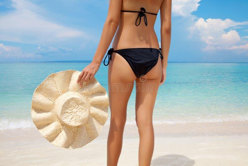 Frau, die auf einem perfekten Strand steht stockfotos