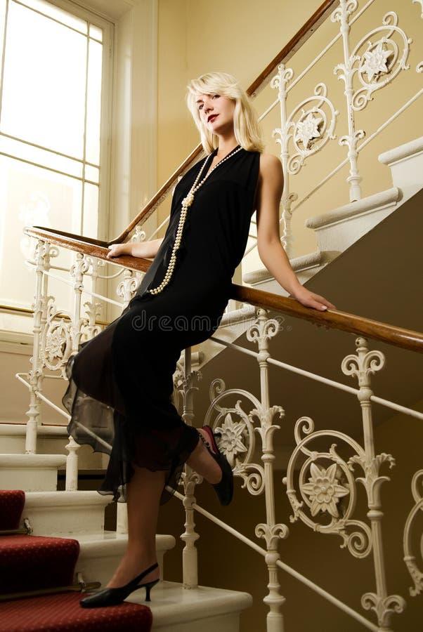 Frau, die auf einem Treppenhaus steht stockfotografie