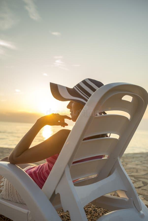 Frau, die auf einem tropischen Strand sich entspannt lizenzfreies stockbild