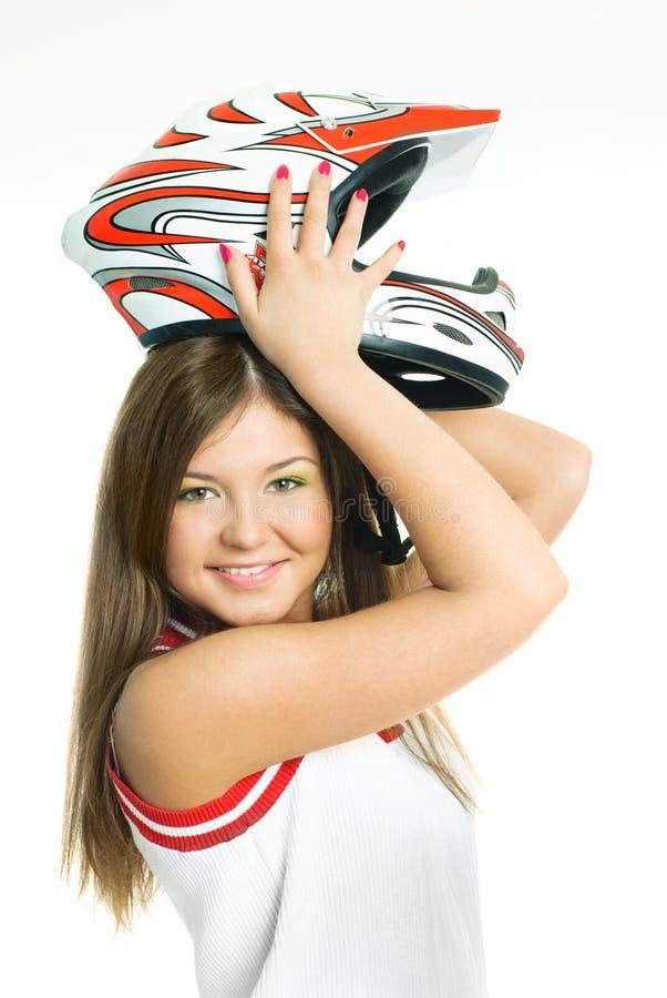 Frau, die auf einen Motorradsturzhelm sich setzt stockbild