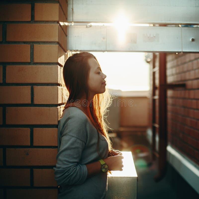 Frau, die auf einer Straße mit geschlossenen Augen steht lizenzfreies stockbild
