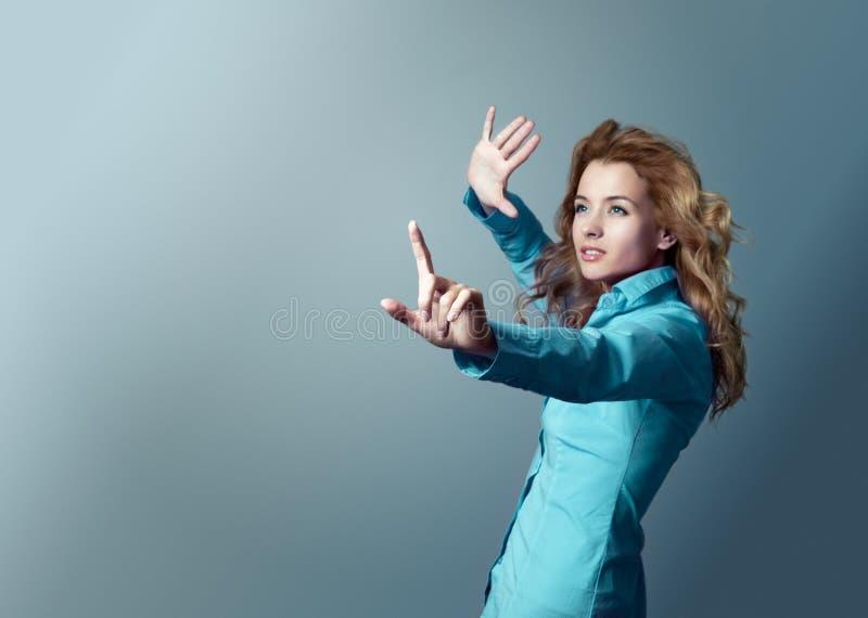 Frau, die auf Exemplar-Platz zeigt. Fokus an Hand. lizenzfreie stockbilder
