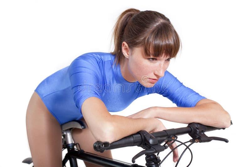 Frau, die auf Fahrrad sich entspannt stockbilder