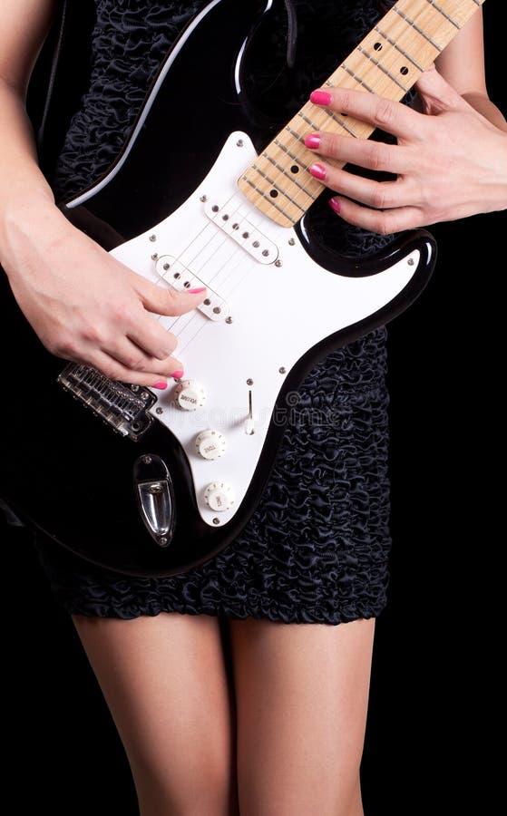 Frau, die auf Gitarre spielt stockbilder