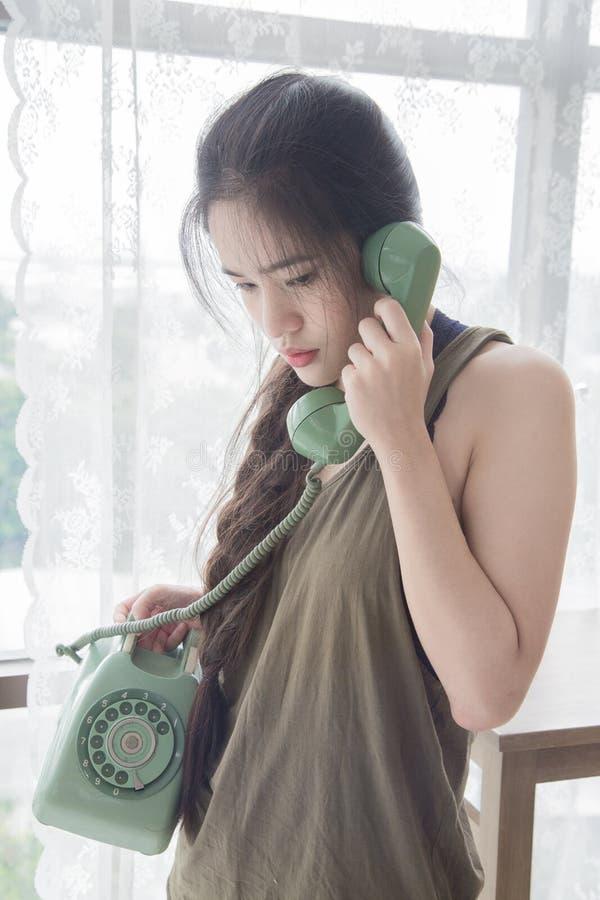 Frau, die auf Handy spricht stockbild
